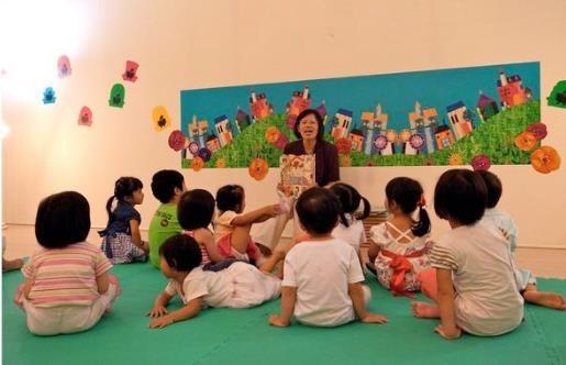 一張含有 個人, 室內, 小孩, 房間 的圖片  自動產生的描述